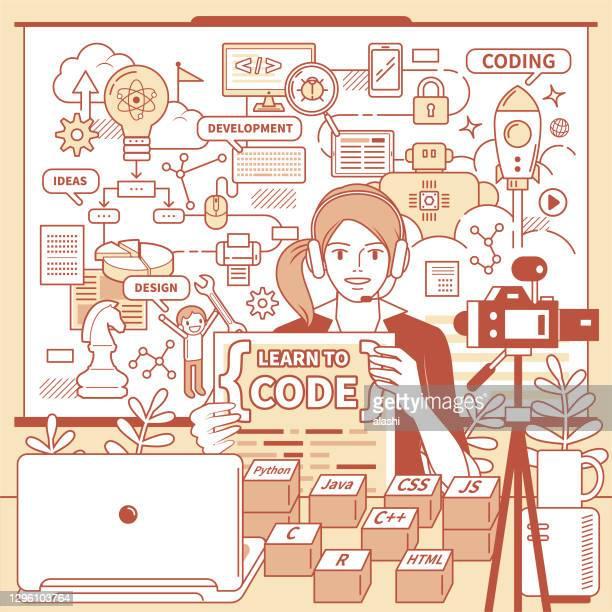 junge lehrerin (computer-programmierer) mit kopfhörer nischiert aus der ferne coding (online-klasse) mit laptop und kamera und whiteboard mit flussdiagramm zu hause (klassenzimmer), e-learning und telearbeit konzept - programmierer stock-grafiken, -clipart, -cartoons und -symbole