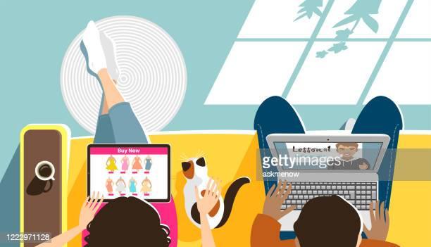 illustrations, cliparts, dessins animés et icônes de jeune homme et femme avec des ordinateurs - ensoleillé