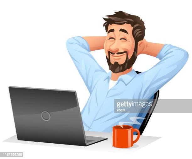 stockillustraties, clipart, cartoons en iconen met jonge man op computer leunde terug in zijn stoel - pauze nemen