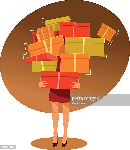 Mujer joven Carrries demasiados Cajas de compras