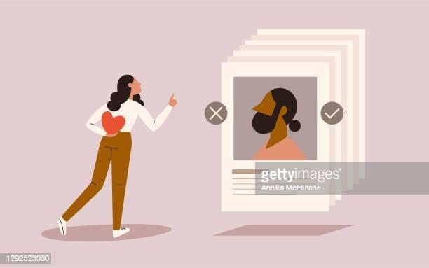 illustrazioni stock, clip art, cartoni animati e icone di tendenza di giovane donna di colore in cerca d'amore su un'app di incontri online - software