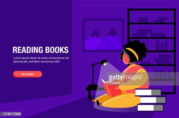 illustrazioni stock, clip art, cartoni animati e icone di tendenza di una giovane donna che legge libri di notte nella stanza sotto l'illustrazione stock della lampada da scrivania per il modello web, il design della pagina di destinazione - giovane adulto
