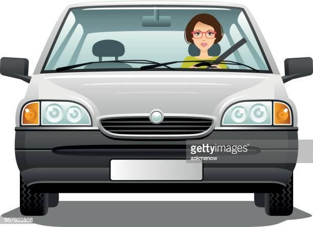 Junge Frau trägt Brille Autofahren