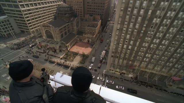 high angle down close of funeral procession. military or police officer funeral. american flags and soldiers in uniforms. st. bartholomew's church in new york. cars pass by waldorf astoria hotel on park avenue. city street. - ウォルドルフ・アストリア点の映像素材/bロール
