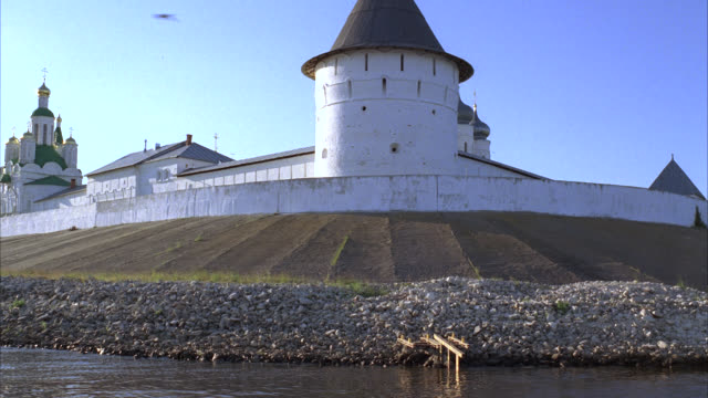 medium angle of makariev monastery near nizhny novgorod on the volga river. could be fortress, castle, convent, russian orthodox church or cathedral. walls with guard towers, turrets. onion domes. - convent stock videos & royalty-free footage