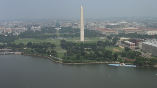 stockvideo's en b-roll-footage met aerial of national mall and downtown area. camera flies over thomas jefferson memorial and continues toward washington monument, curves to the right and zooms in on downtown area. - memorial