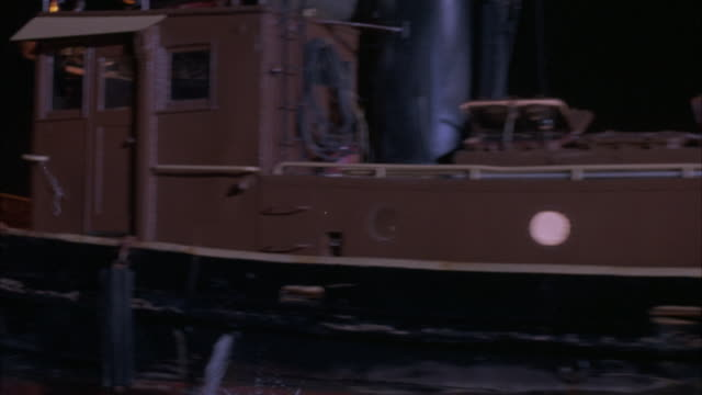 vidéos et rushes de close angle, side process plate of tugboat moving left on river. boat has patrol light on top and is brown. - remorqueur