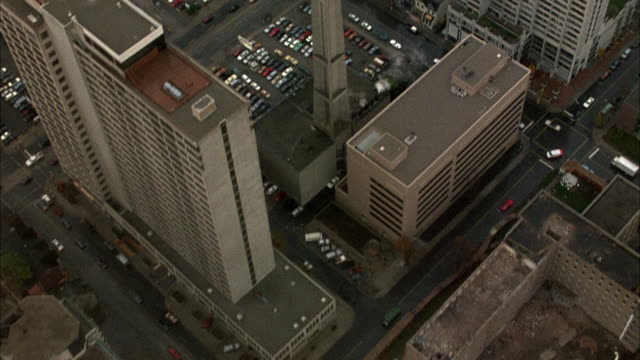 vidéos et rushes de aerial birdseye pov of downtown toronto. passing over rooftops of high rise buildings. see parking lots, city streets. - toronto
