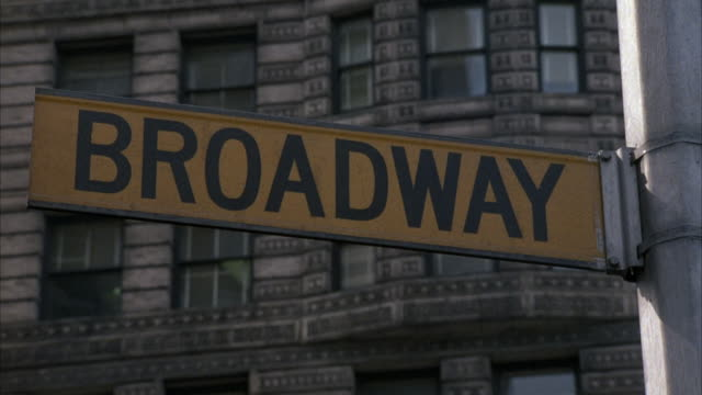 """vídeos de stock e filmes b-roll de medium angle of """"broadway"""" street sign. see office or apartment building in background. - broadway manhattan"""