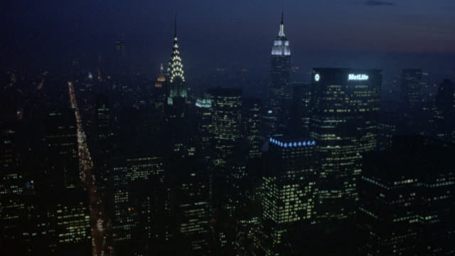 vídeos de stock, filmes e b-roll de aerial of new york city skyline. moves past citicorp building and chrysler building, then circles around empire state building. midtown manhattan. - noite