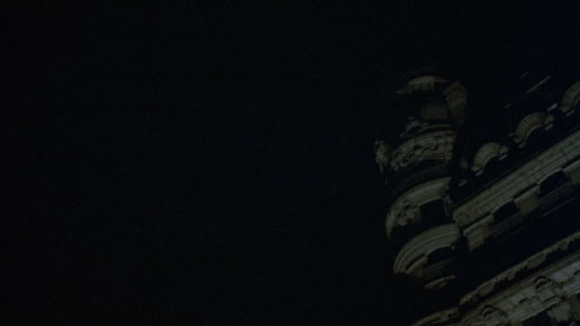 """pan left to right from sky to ansonia hotel, pulls back to see moon in background, then zooms in on one floor of ansonia apartment building.<p><a href=""""https://www.sonypicturesstockfootage.com/footage?kid=4293"""">for day-night matching shots, click here.</a - https点の映像素材/bロール"""