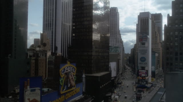 """medium angle from elevated pov, possibly high rise window, of times square. pov is on south end looking north up broadway. see """"camel"""" cigarette ad on left. see city streets below. - 1993年点の映像素材/bロール"""