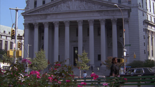 wide angle of civil branch of new york supreme court building, downtown. neoclassical columns or pillars. government building. people on sidewalk and stairs. rose bushes in foley square in fg. flowers. courthouse. - trappsteg och trappor bildbanksvideor och videomaterial från bakom kulisserna