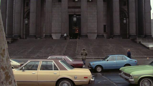 wide angle of civil branch of new york supreme court building, downtown. neoclassical columns or pillars. government building. courthouse. snow. - corte suprema palazzo di giustizia video stock e b–roll