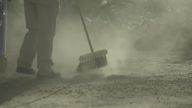 vídeos y material grabado en eventos de stock de man sweeping dust street - barrer