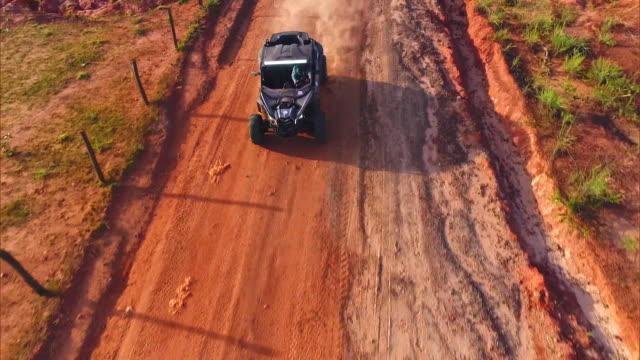 vídeos de stock, filmes e b-roll de brazil - jalapão -  the brazilian desert of waters - estrada rural