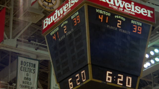 "medium angle of center court scoreboard in boston gardens. see clock wind down from ""6:23"" to ""6:07."" - スコアボード点の映像素材/bロール"
