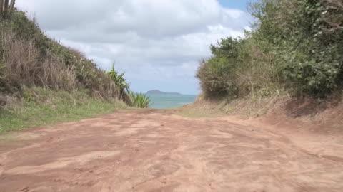 vidéos et rushes de brazil - búzios - sea waves crashing on rocks - drone point of view - chemin de terre