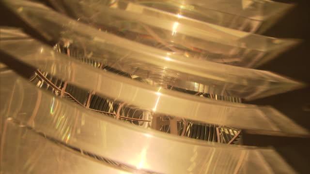 lâmpada dentro de objeto metálico girando - science and technology stock videos & royalty-free footage