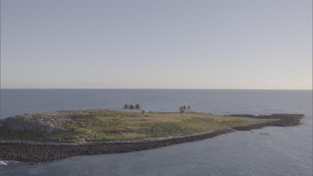 vídeos de stock, filmes e b-roll de brazil - drone aerial flying over islets - ilha