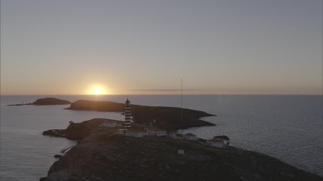 vídeos de stock e filmes b-roll de brazil - lighthouse at dawn - farol estrutura construída