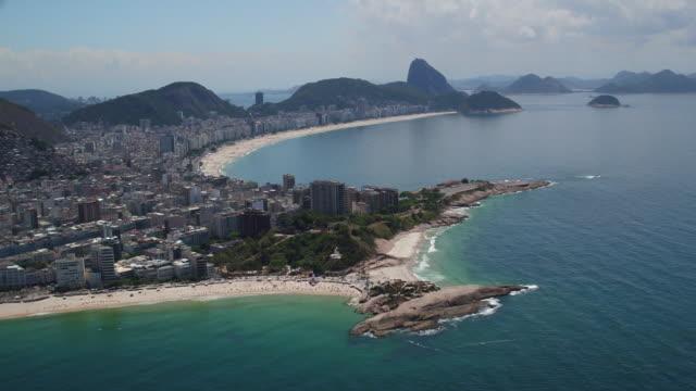 vista aérea da praia e orla de copacabana - copacabana stock videos & royalty-free footage