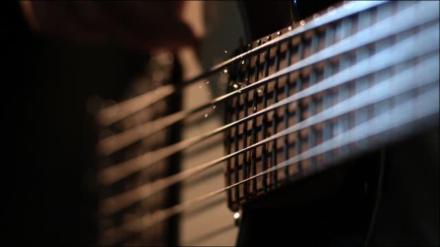 slo mo special effects musical instruments - elektrogitarre stock-videos und b-roll-filmmaterial