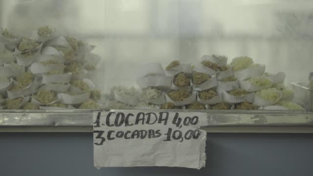 vídeos de stock e filmes b-roll de brazil - candy apple stall - maça