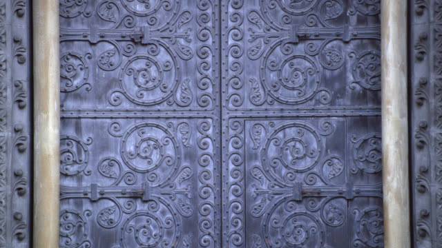 CLOSE ANGLE OF ORNATELY DECORATED DOOR OR ENTRANCE TO GOTHIC STONE BUILDING. COULD BE CHURCH OR CATHEDRAL. WESTMINSTER ABBEY.