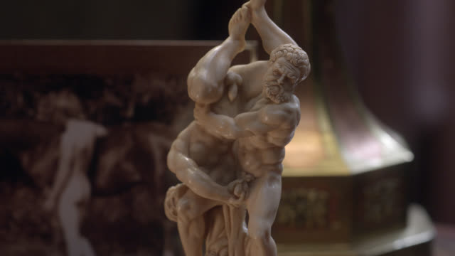 close angle of sculpture or statue of two naked men wrestling. - カリフォルニア州 パサデナ点の映像素材/bロール