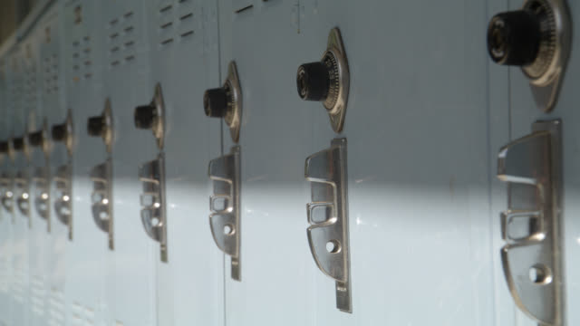 stockvideo's en b-roll-footage met close angle of locks and handles on lockers. could be high school or middle school. - lockerkast
