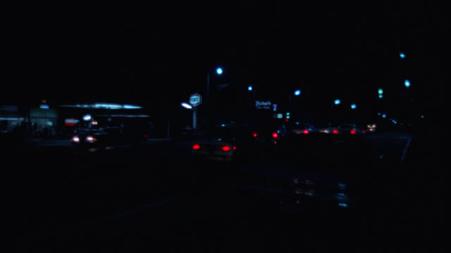 vidéos et rushes de pan left to right of gas station. cars driving on street. could be city. camera pans left to right from gas station to entrance. could be apartment building or condominium. - station service
