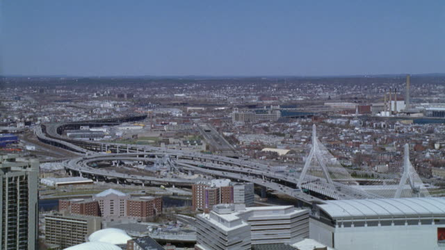 vidéos et rushes de wide angle of downtown boston freeways, expressway or highway, charles river neighborhoods. leonard p. zakim bunker hill memorial bridge. some high rise office buildings in foreground. horizon in background. cities. new england. - boston massachusetts