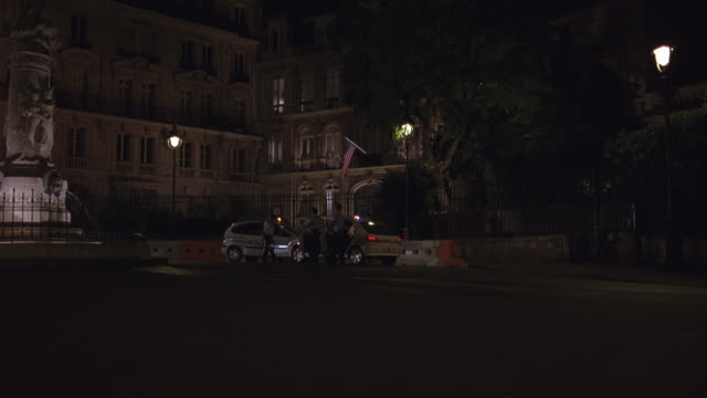 process plate straight forward or straight back, zig-zagging on a narrow one way parisian street. chase begins at u.s. embassy when police cars with flashing lights see car and chase it in and out of traffic. car almost hits police vehicle, but manages to - us embassy stock videos & royalty-free footage