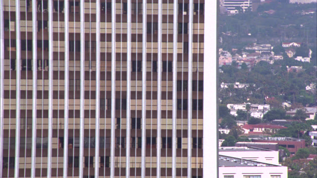 vidéos et rushes de aerial close angle of century city twin towers and sun american building. glass high-rise office buildings. camera moves past both office, multi-story, or high rise buildings. could be business district. - century city
