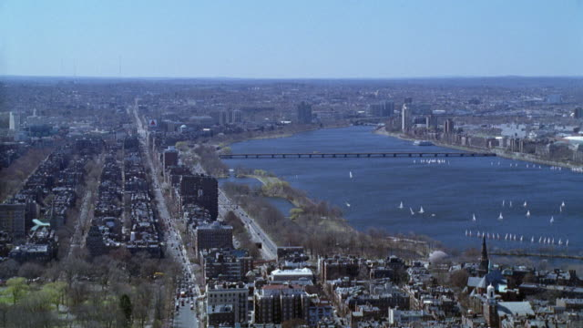 vídeos de stock e filmes b-roll de wide angle of city. back bay and beacon hill. multi-story brick apartment buildings. bridge in bg. sailboats on charles river. new england. - back bay boston
