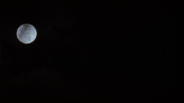 up angle of moon in sky. - 非常階段点の映像素材/bロール