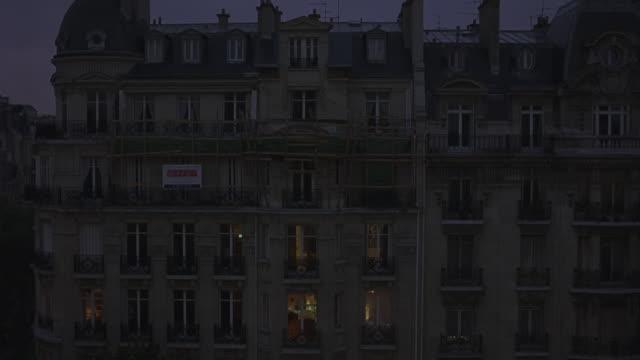 vidéos et rushes de wide angle of paris apartment buildings or hotels. 19th century architecture dormer windows. upper class. - éclairage public