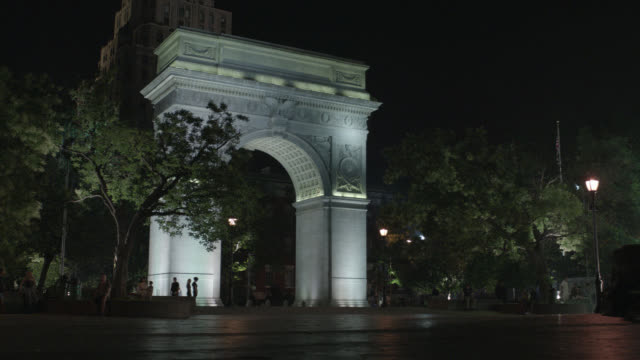 wide angle of limousine driving through washington square park and underneath the arch. greenwich village. landmarks. - greenwich village stock videos & royalty-free footage