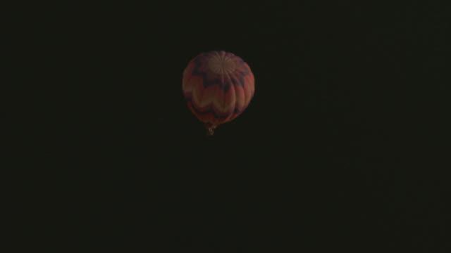 vídeos y material grabado en eventos de stock de aerial from above of multi-colored hot air balloon over calm dark blue ocean. - territorios franceses de ultramar