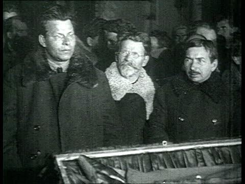vidéos et rushes de lenin's funeral in moscow. chapel of rest in trade unions house, nadezhda krupskaya, other bolshevik leaders, stalin, kalinin, molotov, lenin's... - 1924