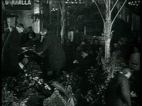 vidéos et rushes de lenin's funeral in moscow. in trade unions house. rare shot: lenin's coffin is covered and closed / moscow, russia - 1924