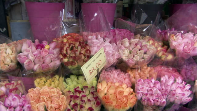 medium angle of bouquets of roses at florist shop. flowers. - composizione di fiori video stock e b–roll