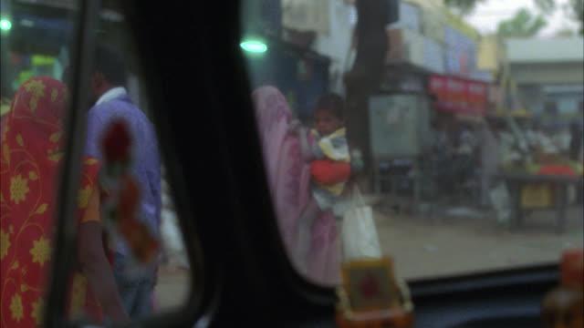vídeos de stock, filmes e b-roll de medium angle driving pov through car window of street vendors, stores and shops in lower class urban area or town. people or pedestrians. - vendedor trabalho comercial