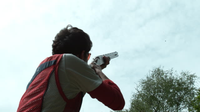clay pigeon shooting - schusswaffe stock-videos und b-roll-filmmaterial
