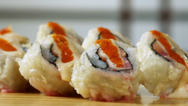 rotolo di sushi-dynamite - 1080hd - sushi video stock e b–roll