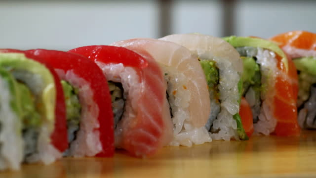 rotolo di sushi-arcobaleno 1080hd - sushi video stock e b–roll