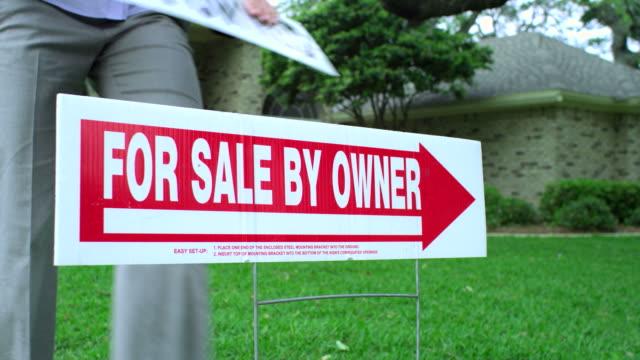weise realty sign--bank eigentum - 1080hd - immobilienschild stock-videos und b-roll-filmmaterial