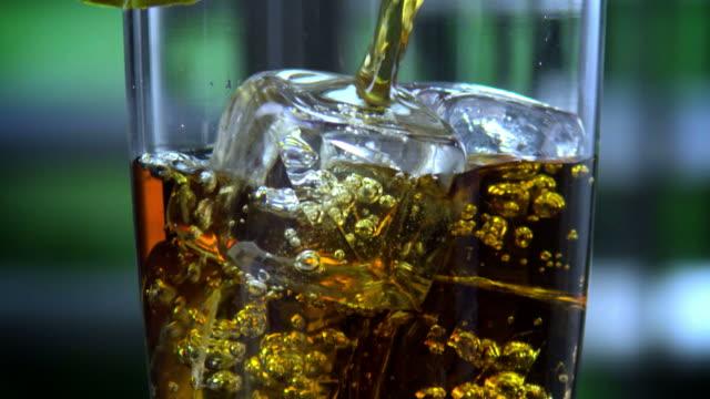 回転ガラス充填、アイスティー-1080hd - 茶色点の映像素材/bロール