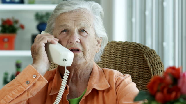 stockvideo's en b-roll-footage met elderly woman talking on phone-1080hd - woongemeenschap ouderen